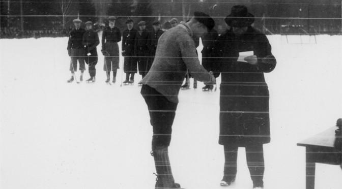 """Sven """"Sleven"""" Säfwenberg mottar Svenska Dagbladets bragdguld för """"lysande ledarskap av IFK Uppsalas bandylag"""" 1933."""