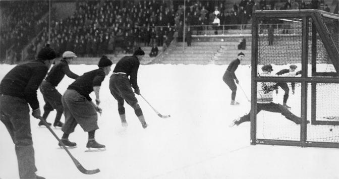 Bror Öberg gör 5-0 på IF Göta i SM-finalen 1933. Målet kom i den andra halvlekens fjärde minut. Den 17-årige Öberg svarade för fem av IFK Uppsalas mål i finalen. Foto: Fam. Lindqvists samlingar.
